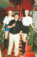 Ο ιδιοκτήτης Κώστας Γαλάνης με δύο καλλίγραμμες κοπέλες.