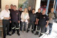Κοντά στους πυροσβέστες και τους αστυνομικούς η υποψήφια βουλευτής κ. Ζέφη Νικολάου