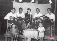 1961 - Η κομπανία Καραβασίλη εμφανίζεται στο εξοχικό κέντρο