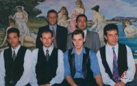 Μαιτρ, πορτιέρης και σέρβις σε αναμνηστική φωτογραφία  το 1996.