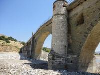 Παλιά πέτρινη τοξωτή γέφυρα της Σαρακίνας