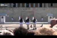 Θραύση κάνει το βίντεο με τον εύζωνα στο Σύνταγμα που πέφτει (video)