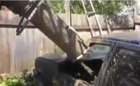 Εξοργισμένος οδηγός τσιμεντάρει αυτοκίνητο που είχε διπλοπαρκάρει (βίντεο)