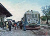 Επιβίβαση στην οτομοτρίς, σιδηροδρομικός σταθμός Τρικάλων τέλη δεκαετίας 1960