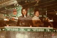 Ο αείμνηστος Νίκος Κουμπούρας αριστερά και ο Στάθης Ευθυμίου στο d.j. hause της disco