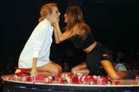 Καυτά φιλιά στην πίστα αντάλλαξαν Πάολα-Τάμτα (pics)