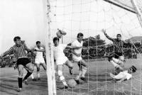 «Συναγερμός» πάνω στην γραμμή της εστίας των Τρικάλων στην αναμέτρησή τους με την Αναγέννηση Καρδίτσας στην γειτονική πόλη στις 11 Απριλίου 1971.