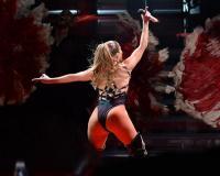 Tα οπίσθιά της Jennifer Lopez  στον αγώνα της Χίλαρι (βίντεο)