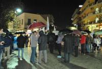 Κάτω από βροχή στα Τρίκαλα η πικετοφορία κατά της επίσκεψης Ομπάμα