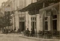 Το καφενείο δεξιά κάτω από το ξενοδοχείο