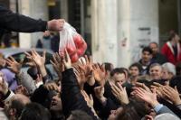 Απομονωμένοι απ' τον λαό, αλλά βαστάζοι των μνημονίων οι Συριζαίοι