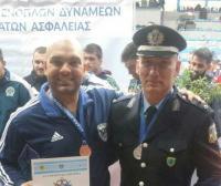 Φωτό ο Κωνσταντίνος Ρουσιαμάνης με τον ομoσπονδιακό προπονητή και αξιωματικό ελληνικής αστυνομίας Χρήστο Κατσαρό.