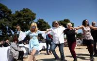 Γαλάζια οπτασία η Πατούλαινα σέρνει τον χορό...