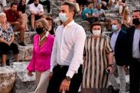 Ένας μασκοφόρος πρωθυπουργός μπροστά σε έναν γυμνό λαό