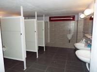 Γιατί οι πόρτες στις δημόσιες τουαλέτες δεν φτάνουν μέχρι το πάτωμα;