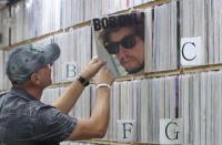 Γιατί οι μουσικοί πουλάνε τα δικαιώματα των τραγουδιών τους