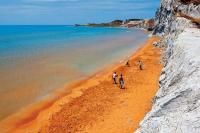 Η ελληνική παραλία με το παράξενο όνομα που είναι φυσικό spa